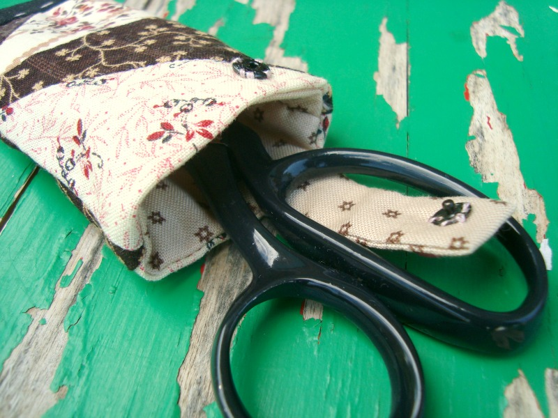 Free tutorial showing you how to sew a quilt block into a scissor holder.