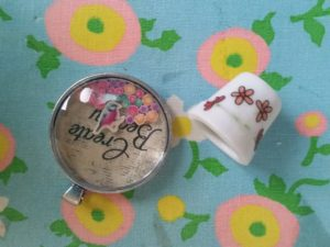 Just getting to sharing what I received from Sandy for the zipper swap. WOW!! love them all. The lit